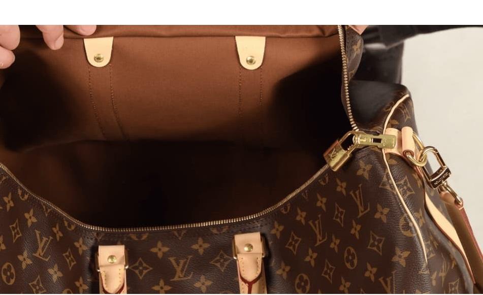L'intérieur du sac de voyage Louis Vuitton Keepall